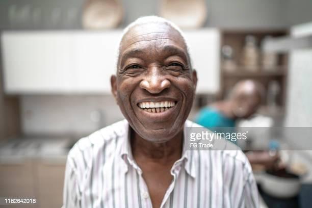 retrato de um homem sênior que olha a câmera - sorriso aberto - fotografias e filmes do acervo