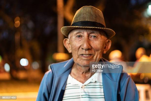 retrato de um homem alto, olhando para a câmera - 70 anos - fotografias e filmes do acervo