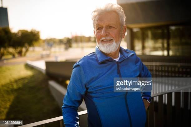 retrato de un hombre mayor. - 60 64 años fotografías e imágenes de stock