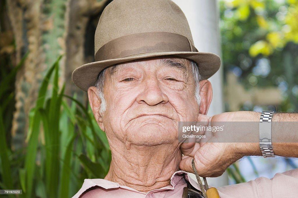 Portrait of a senior man wearing a sunhat : Foto de stock