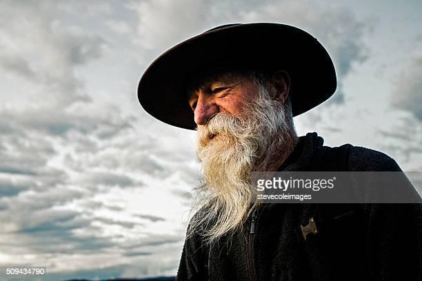 Retrato de un hombre mayor con barba.