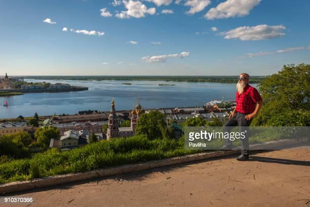 ロシアのヴォルガ川を走る白ひげと年配の男性の肖像画 - ニジニ・ノヴゴロド ストックフォトと画像