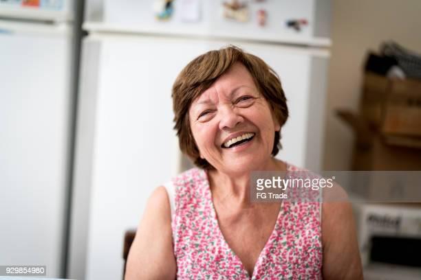 Portrait einer älteren Frau zu Hause