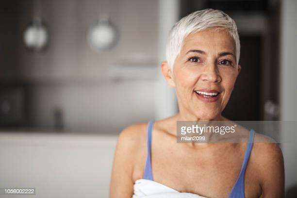 portret van een senior woman - alleen één oudere vrouw stockfoto's en -beelden