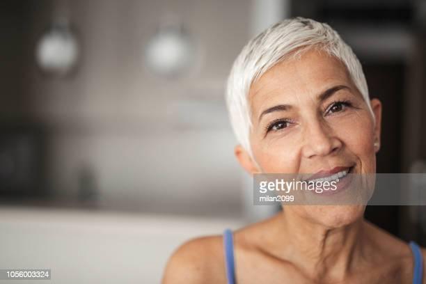 portrait einer älteren frau - faltenreduktion stock-fotos und bilder