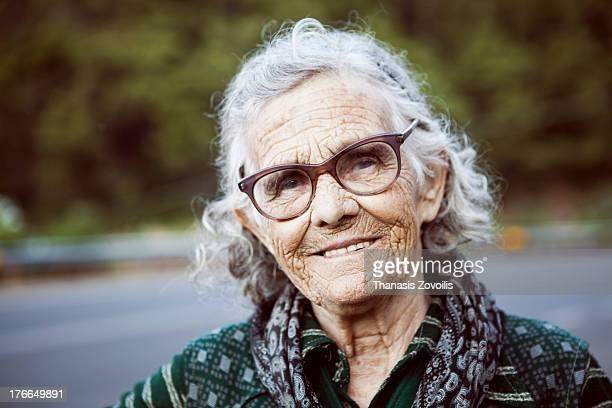 portrait of a senior woman - só uma mulher idosa imagens e fotografias de stock