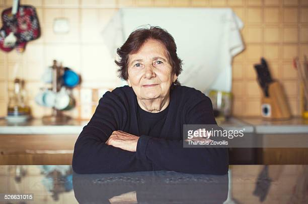 portrait of a senior woman - seniore vrouwen stockfoto's en -beelden