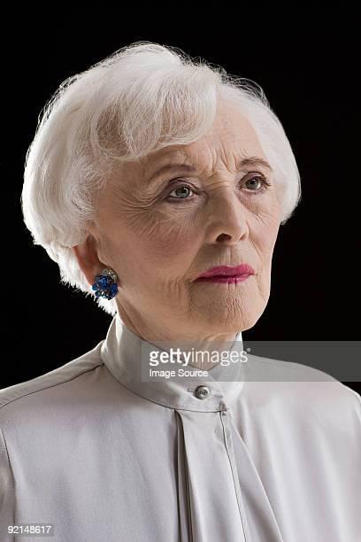 porträt eines senior frau - eine seniorin allein stock-fotos und bilder
