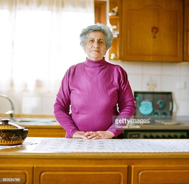 portrait of a serion woman - só uma mulher idosa imagens e fotografias de stock
