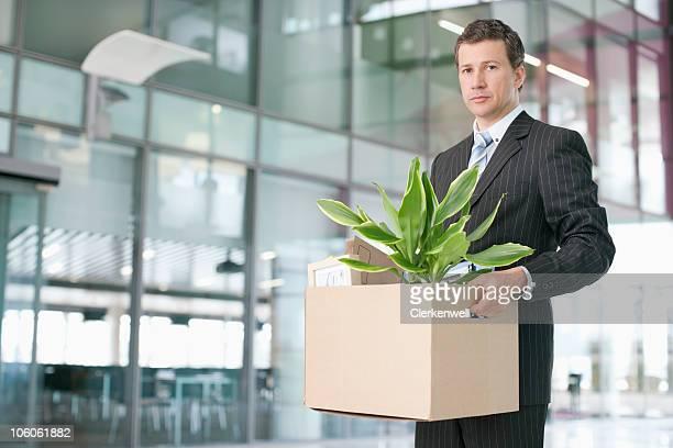 Ritratto di una grave alla ricerca business executive portare una carta di credito