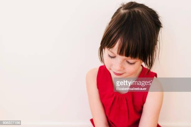 portrait of a shy girl - regarder vers le bas photos et images de collection