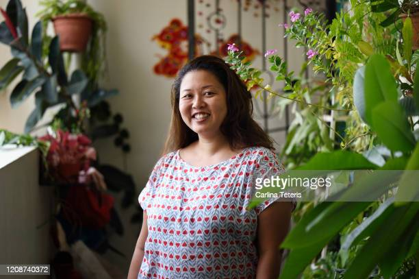 portrait of a singaprorean woman in front of her home - シンガポール文化 ストックフォトと画像