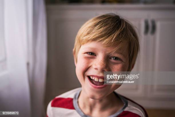 portrait of a smiling boy with freckles - lachen stock-fotos und bilder