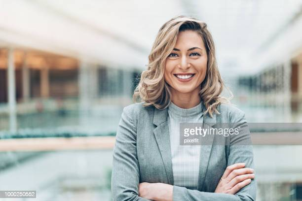 ritratto di imprenditrice sorridente - capelli biondi foto e immagini stock