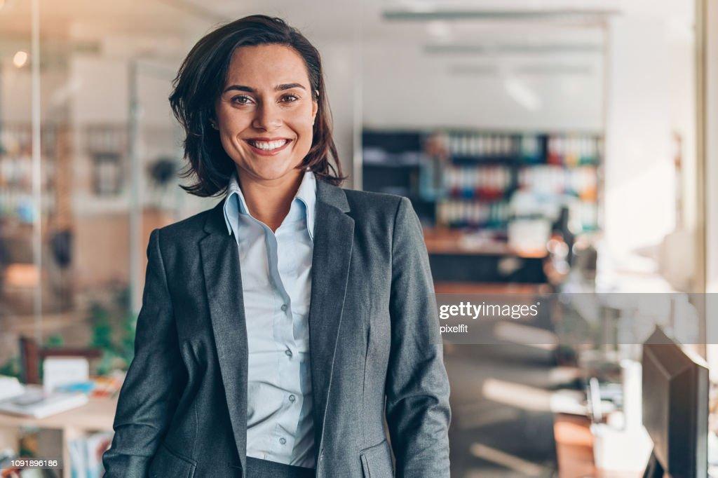 Retrato de una sonriente mujer de negocios : Foto de stock