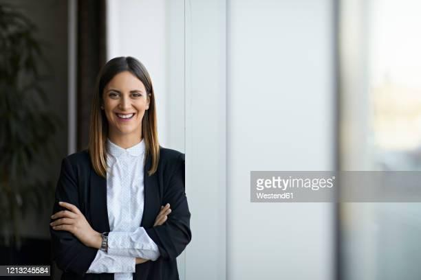 portrait of a smiling businesswoman - abbigliamento da lavoro formale foto e immagini stock