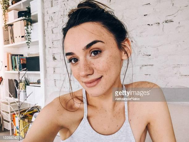 笑顔のそばかす女性の肖像 - そばかす ストックフォトと画像