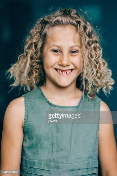Porträt einer lächelnden Lücke gezahnten Mädchen