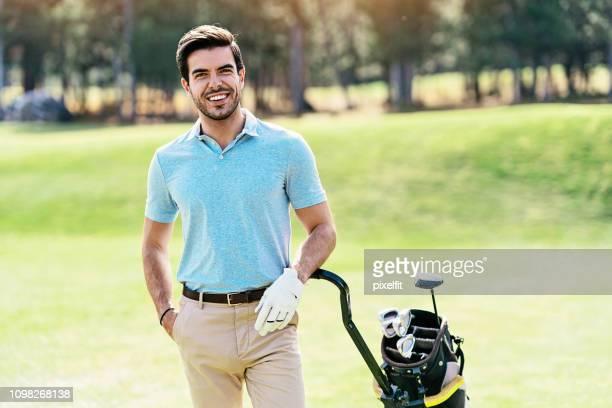 ritratto di un giocatore di golf sorridente - mani in tasca foto e immagini stock