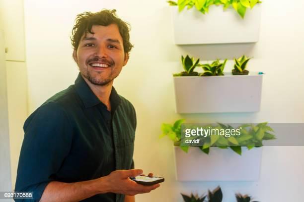 Portrait d'un homme hispanique heureux souriant