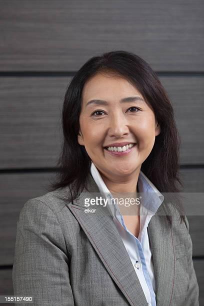 ポートレートた笑顔の日本のビジネスウーマン