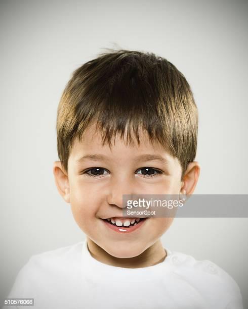 Retrato de uma criança sorridente um olhar para um câmara.