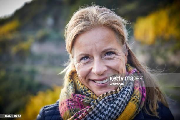 portrait of a smiling mature woman outdoors - 45 49 ans photos et images de collection