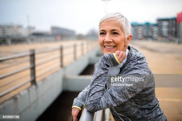Portrait d'un souriant femme d'âge mûr