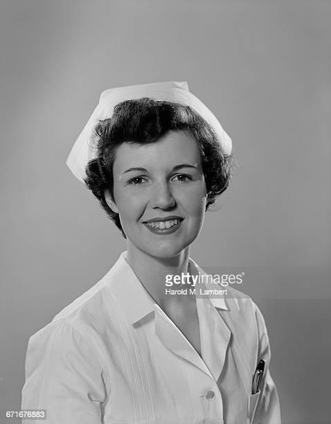 portrait of a smiling nurse - {{ contactusnotification.cta }} 個照片及圖片檔