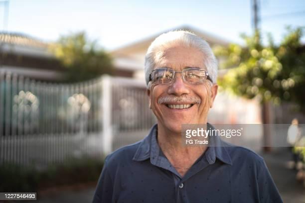 retrato de um idoso sorridente na rua - brasil - fotografias e filmes do acervo