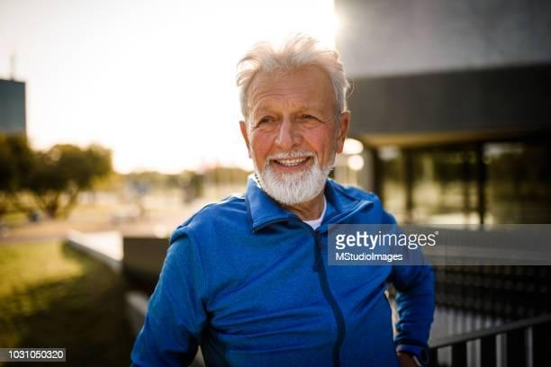 porträt eines lächelnden senior mann. - senioren männer stock-fotos und bilder