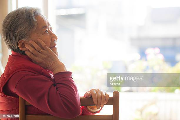 Retrato de un sonriente mujer senior de Oriente asiático