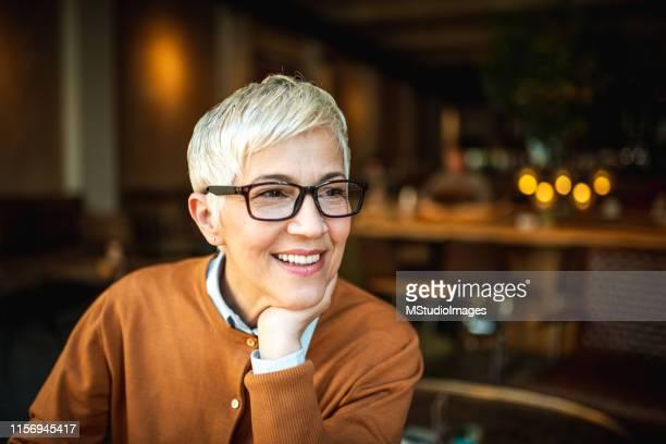 portret van een glimlachende senior woman - 60 64 jaar stockfoto's en -beelden