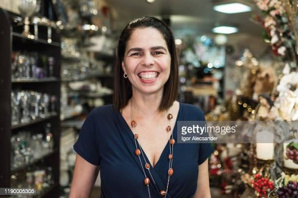 笑顔の店主の肖像 - ギフトショップ ストックフォトと画像