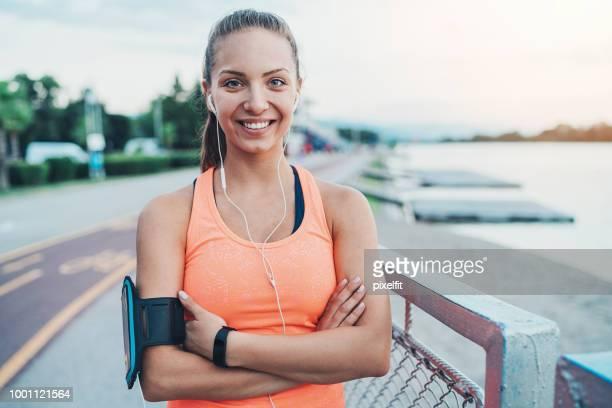 Porträt einer lächelnden Sportlerin im freien