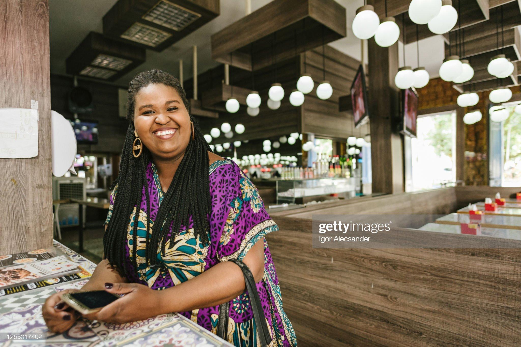 餐廳櫃檯上一個微笑的女人的肖像 : 圖庫照片