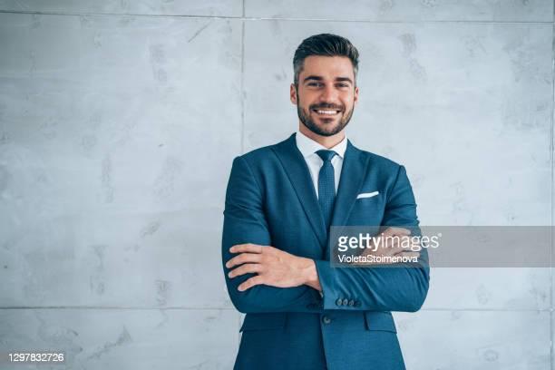 ritratto di un giovane uomo d'affari sorridente. - mezzo busto foto e immagini stock