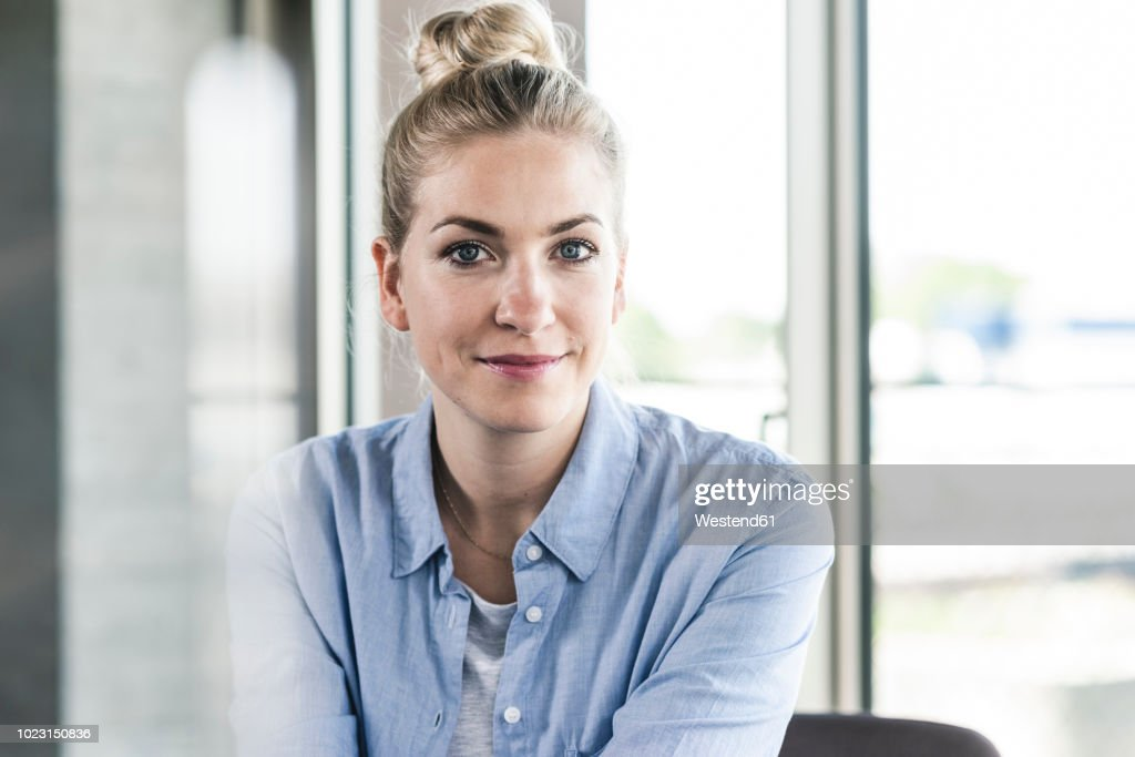 Portrait of a smiling young businesswoman : Stock-Foto