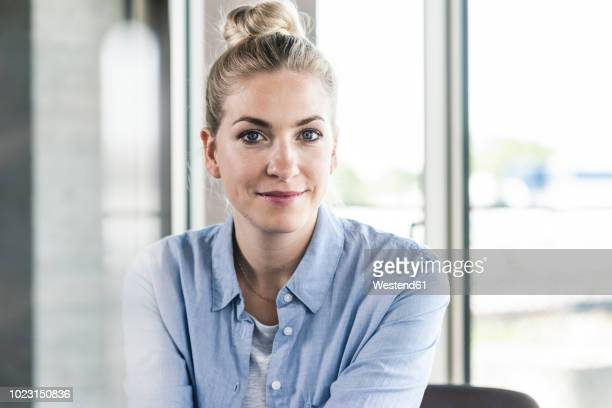 portrait of a smiling young businesswoman - frau stock-fotos und bilder