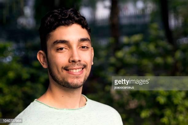 retrato de um sorridente jovem - só um homem jovem - fotografias e filmes do acervo