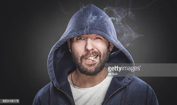 喫煙可能な男性のポートレート