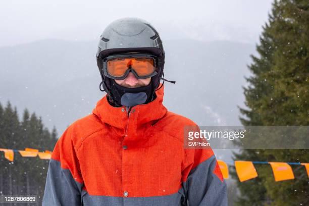 スキー場のスノーボーダーの肖像画。 - バラクラバ ストックフォトと画像