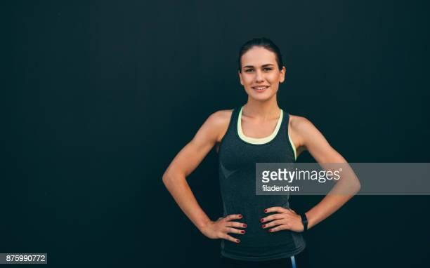 porträt einer sportlerin - sportlerin stock-fotos und bilder