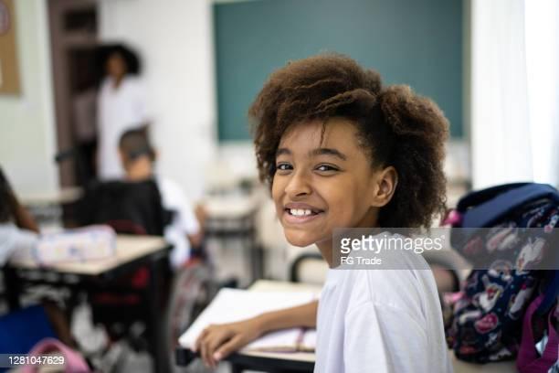 retrato de um aluno na sala de aula na escola - simplicidade - fotografias e filmes do acervo