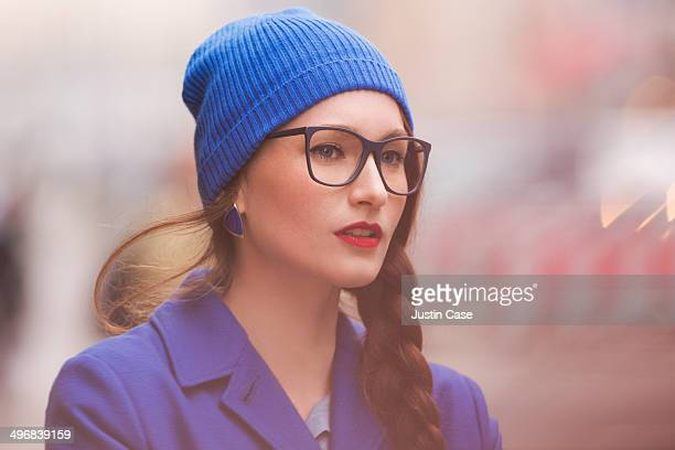 portrait of a stylish woman staring away - hoofddeksel stockfoto's en -beelden