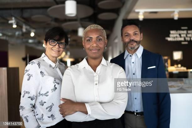 retrato de uma equipe de negócios de sucesso - igualdade - fotografias e filmes do acervo
