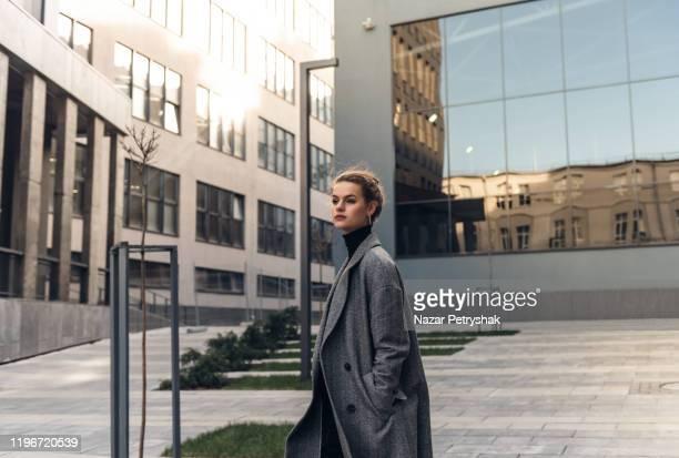 portrait of a successful business woman - alla moda foto e immagini stock