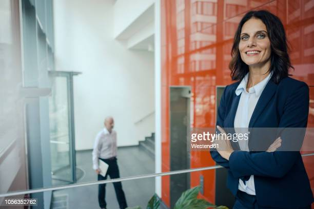 portrait of a successful businesswoman, with arms crossed - tenue soignée photos et images de collection