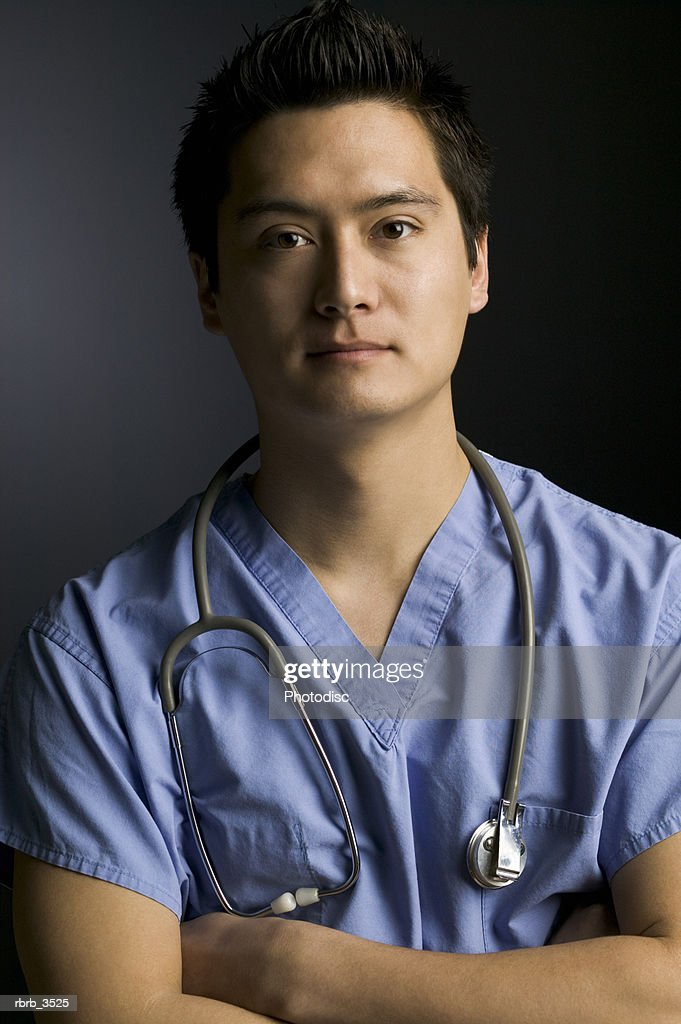 Portrait of a surgeon standing with arms crossed : Foto de stock