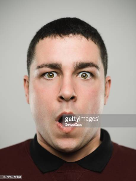 portret van een verrast jonge kaukasische man. - angst stockfoto's en -beelden
